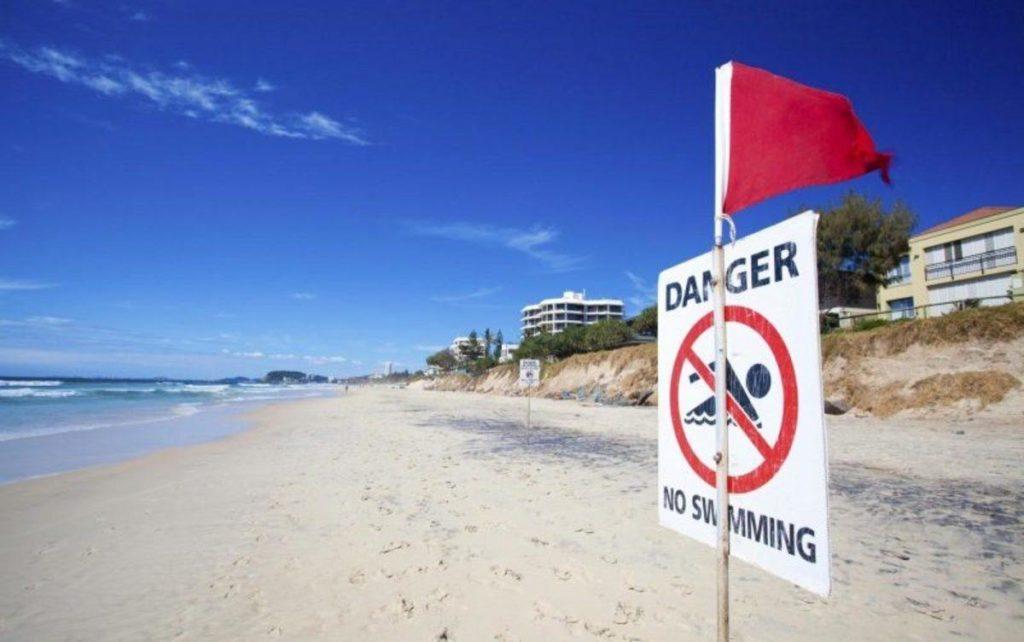 Красный флаг на балийском пляже запрещать купаться