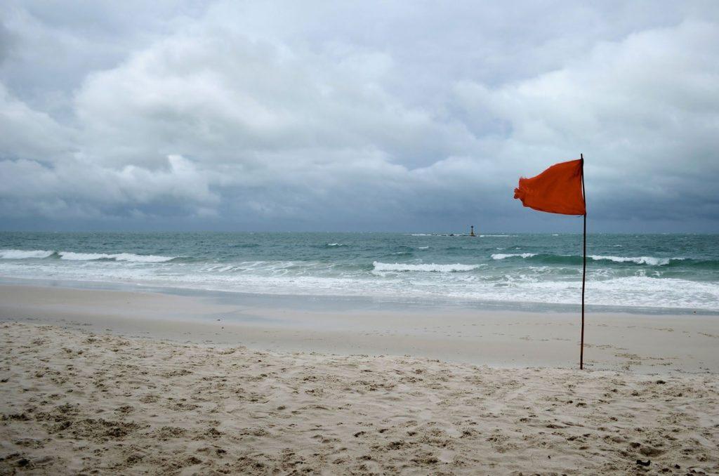 Прежде чем заходить в воду, убедитесь в отсутсвии красный флажков на берегу