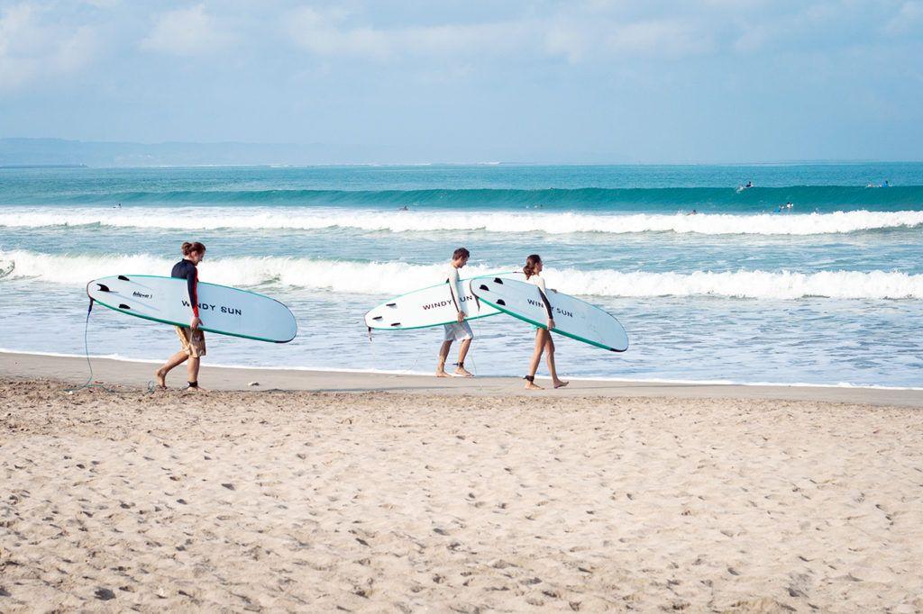Заниматься серфингом лучше всего на южном побережье Бали