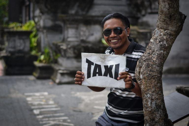 До пляжа Паданг Паданг можно добраться на такси