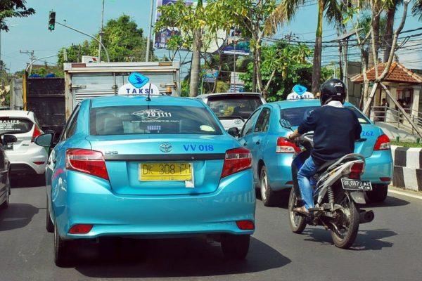 Добраться до пляжа Кута можно на такси Blue Bird