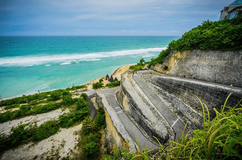 Дорога к берегу пляжа Меласти на Бали
