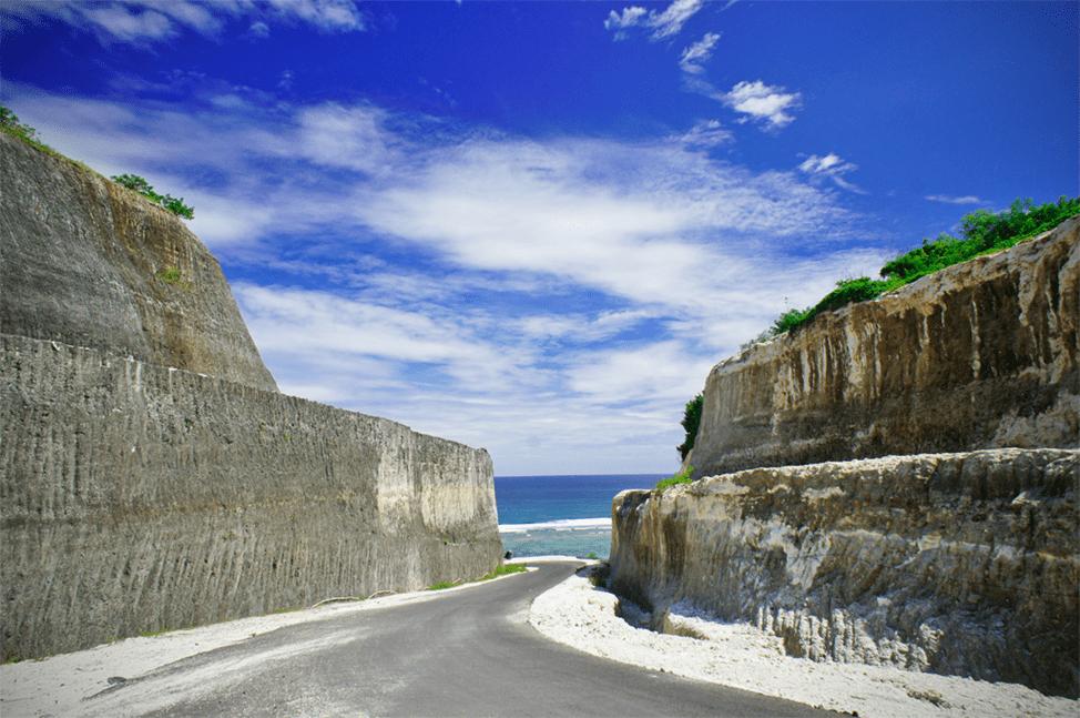 Дорога между скалами к плажу Пандава