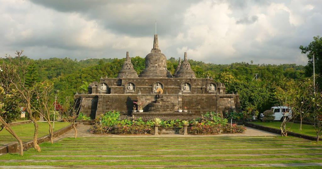 Храм Brahma Vihara Arama недалеко от пляжа Ловина