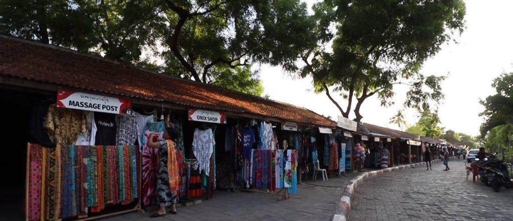 Магазинчики возле пляжа Ловина