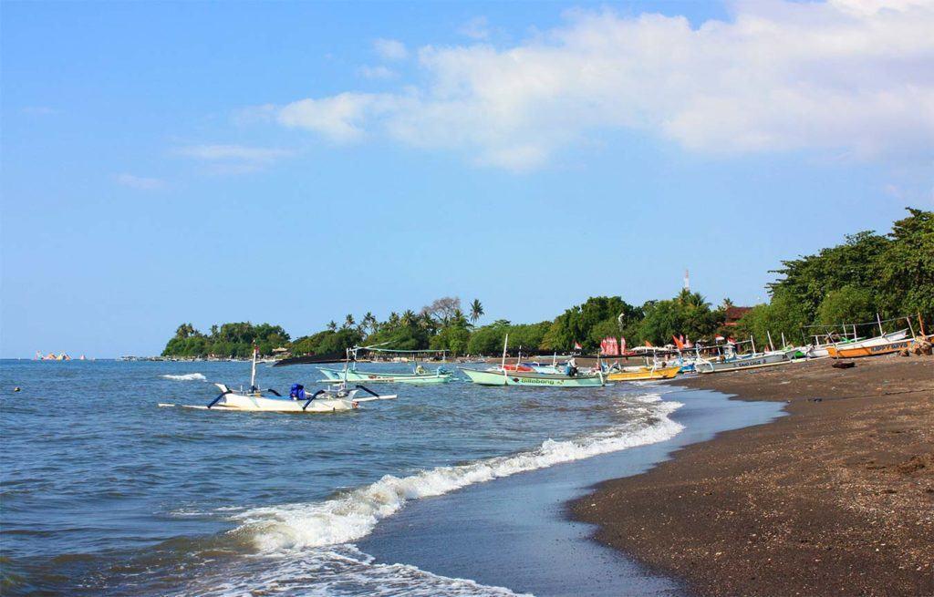Можете порыбачить с местными жителями на Lovina Beach