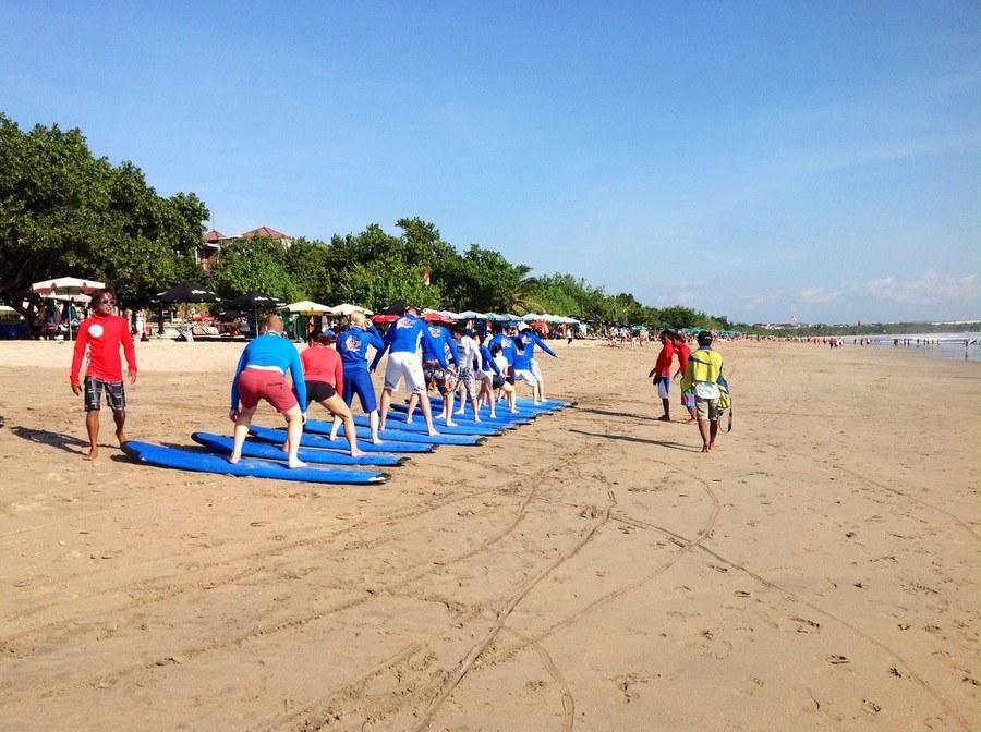 Можете заняться серфингом на пляже Легиан