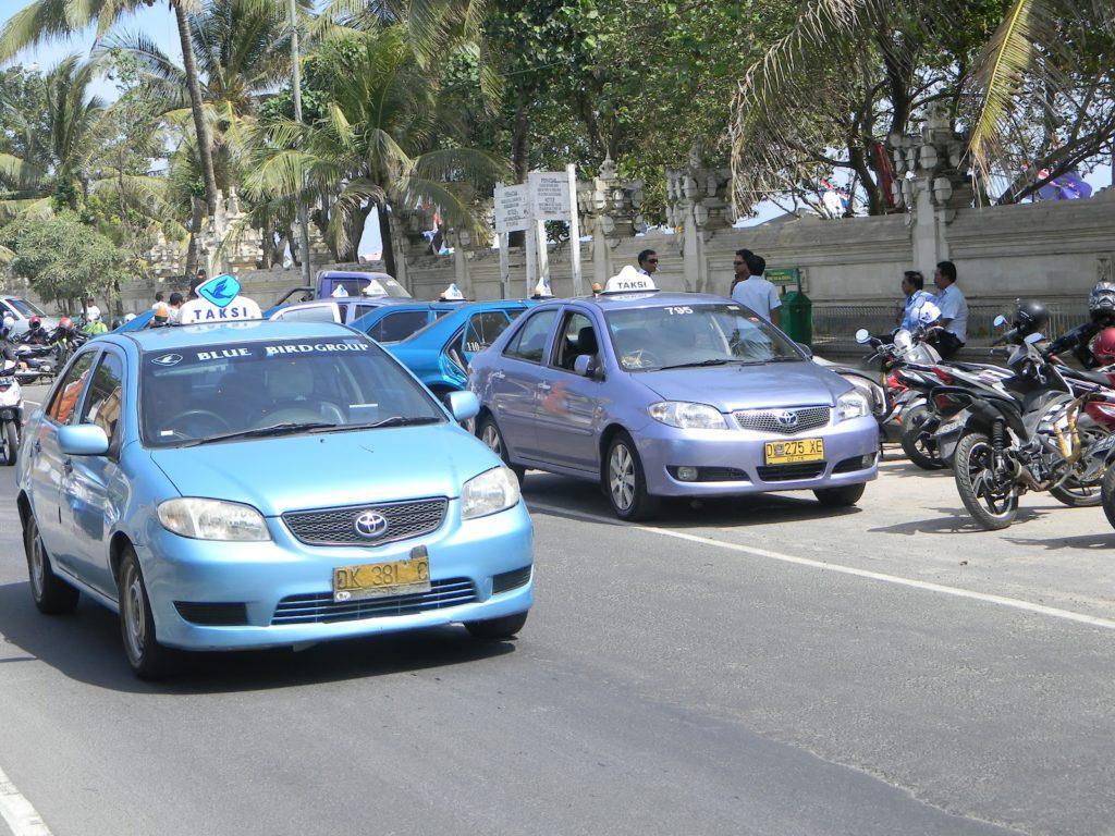 Мы не рекомендуем использовать такси Blue Bird для поездки на пляж Pandawa