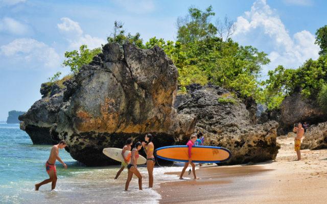 На пляже Паданг Паданг вы можете заняться серфингом