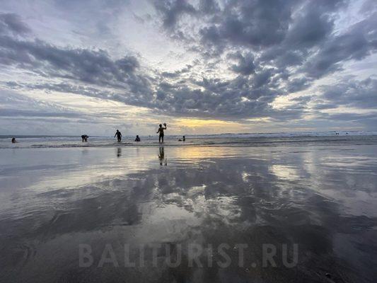 Небо отражается в воде на пляже Кута