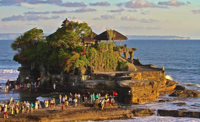 Посетите храм Тонах Лот, если собираетесь на пляж Бату Болнг на Бали