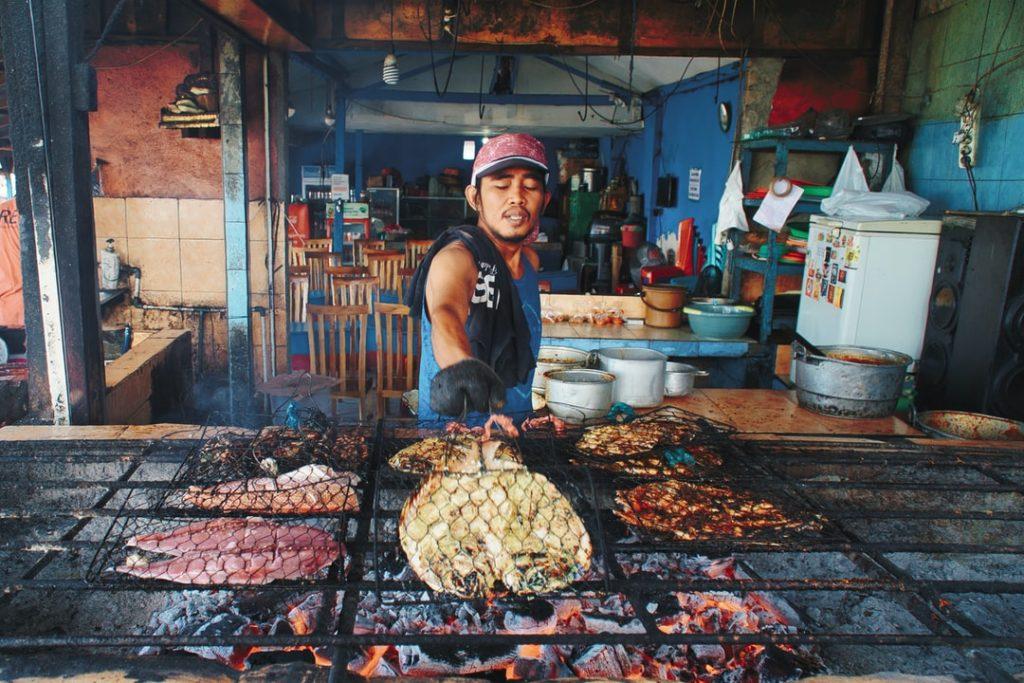 Посетите рыбный рынок Джимбаран, если посещаете пляж