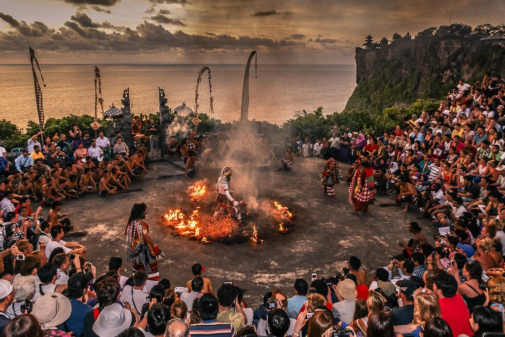 Посмотрите огненный танец Кечак, если посещаете пляжа Паданг Паданг