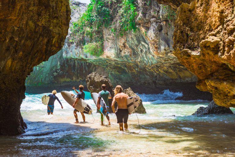 Серфинг на пляже Сулубан на Бали