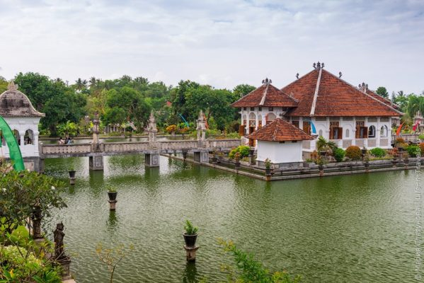 Таман Уджунг рядом с Тирта Гангга