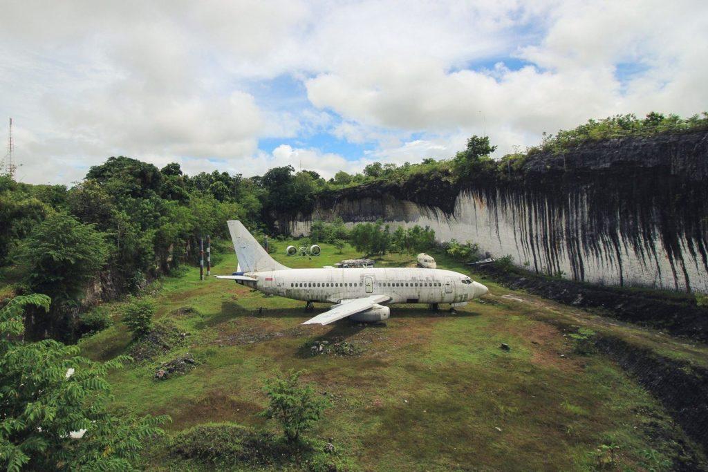 Заброшенный Боинг на Бали можно посетить недавлеко от пляжа Пандава