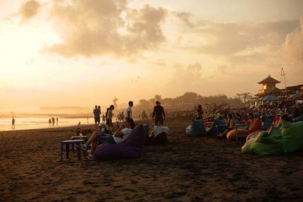 Закат на пляже Бату Болонг